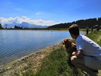 Miel and Pierrick in front of the Lake Airon